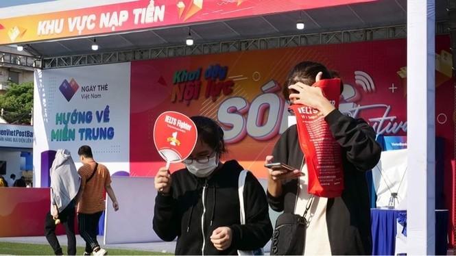 Các bạn trẻ 'đội nắng' trải nghiệm Sóng Festival, BTC phát thêm 1.000 thẻ chip miễn phí - ảnh 5