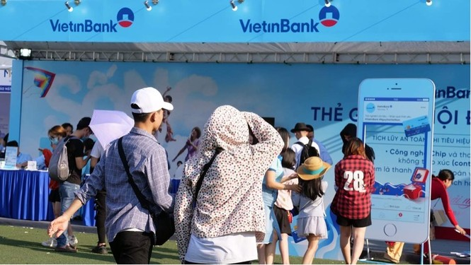 Các bạn trẻ 'đội nắng' trải nghiệm Sóng Festival, BTC phát thêm 1.000 thẻ chip miễn phí - ảnh 4