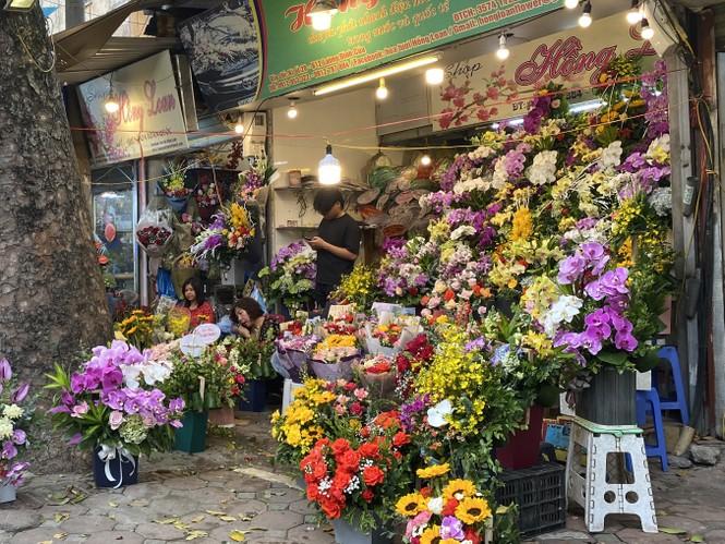 Hoa tươi đìu hiu ngóng khách, 'hoa sầu riêng' gây sốt ngày 8/3 - ảnh 1