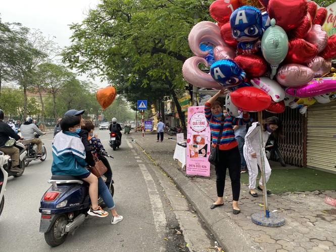 Hoa tươi đìu hiu ngóng khách, 'hoa sầu riêng' gây sốt ngày 8/3 - ảnh 4