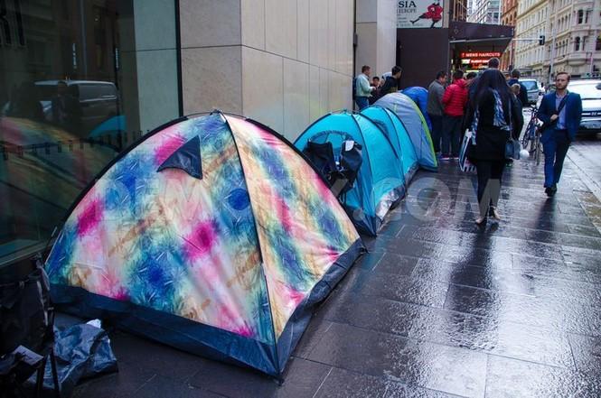 Dân Úc dầm mưa rét xếp hàng mua iPhone 6S - ảnh 3