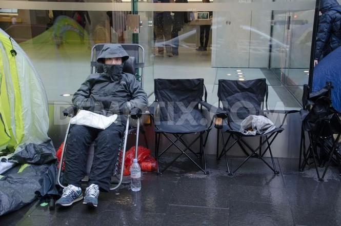 Dân Úc dầm mưa rét xếp hàng mua iPhone 6S - ảnh 2