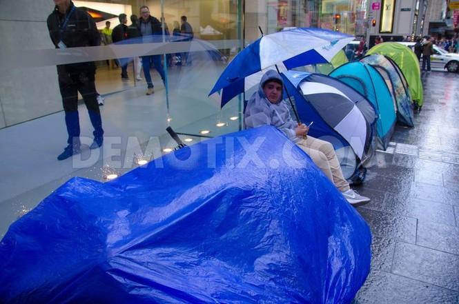 Dân Úc dầm mưa rét xếp hàng mua iPhone 6S - ảnh 7