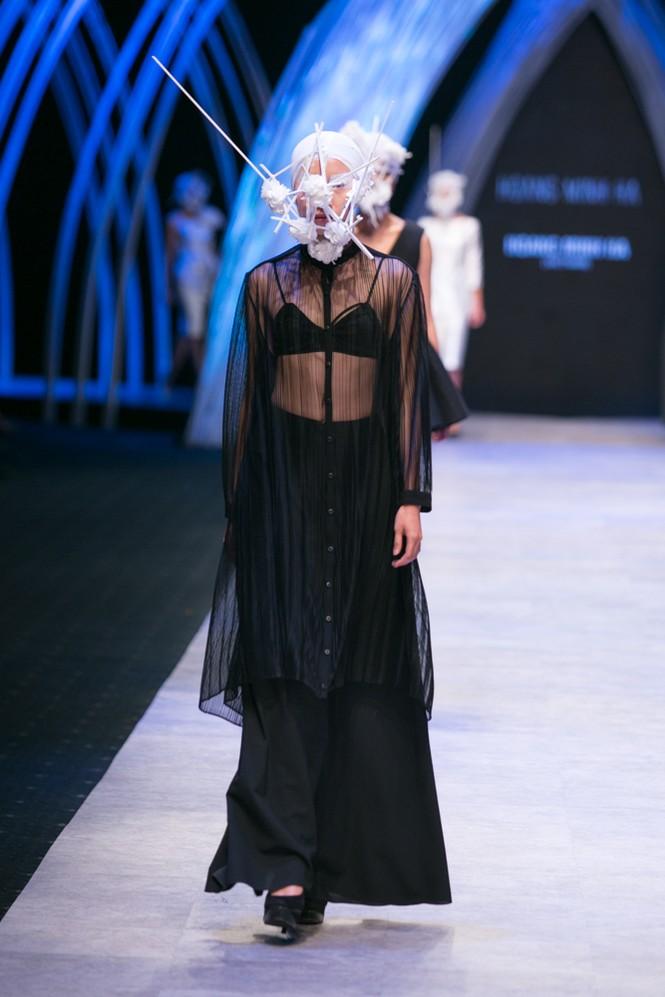 Dàn người mẫu 'giấu mặt' bùng nổ trên sàn catwalk - ảnh 12