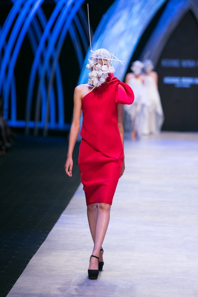 Dàn người mẫu 'giấu mặt' bùng nổ trên sàn catwalk - ảnh 9