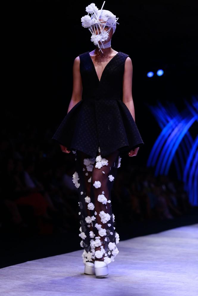 Dàn người mẫu 'giấu mặt' bùng nổ trên sàn catwalk - ảnh 11