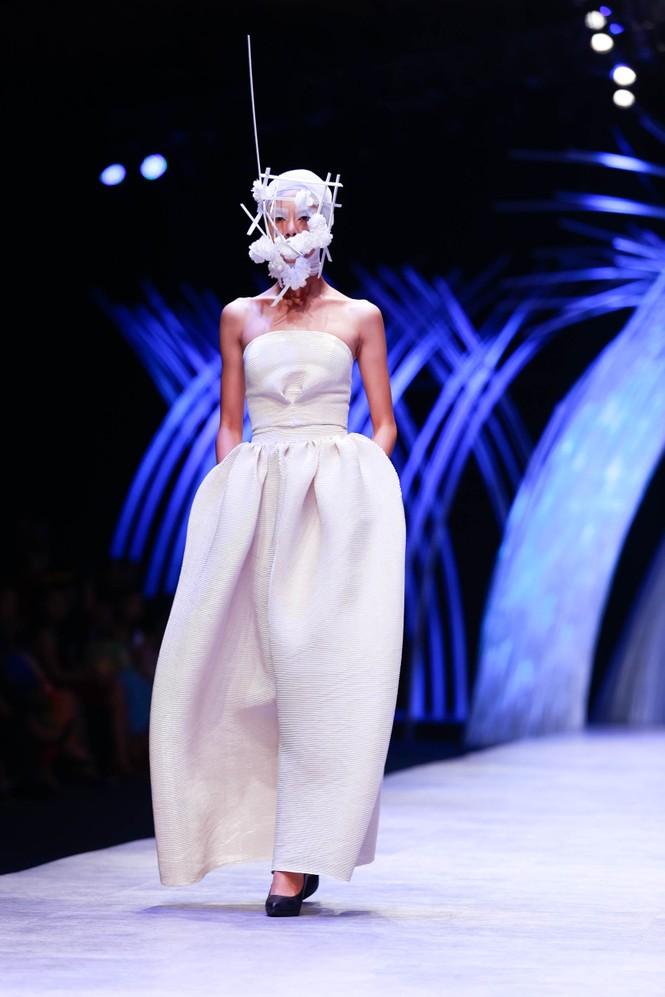 Dàn người mẫu 'giấu mặt' bùng nổ trên sàn catwalk - ảnh 5