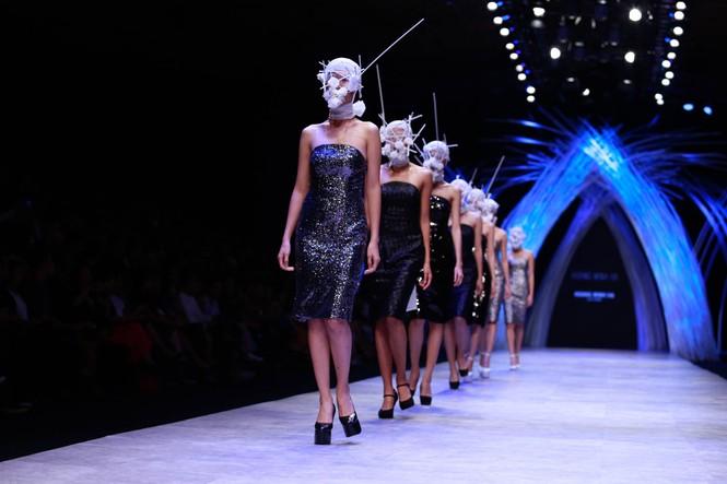 Dàn người mẫu 'giấu mặt' bùng nổ trên sàn catwalk - ảnh 8