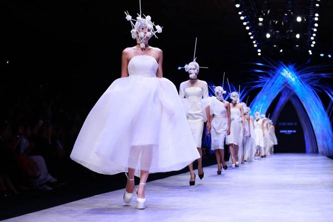 Dàn người mẫu 'giấu mặt' bùng nổ trên sàn catwalk - ảnh 2