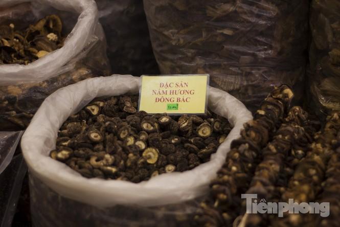 Người Hà Nội đội mưa rét đi chợ ở… bảo tàng - ảnh 8