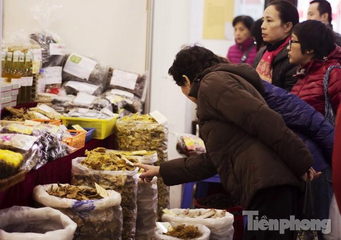 Người Hà Nội đội mưa rét đi chợ ở… bảo tàng - ảnh 5