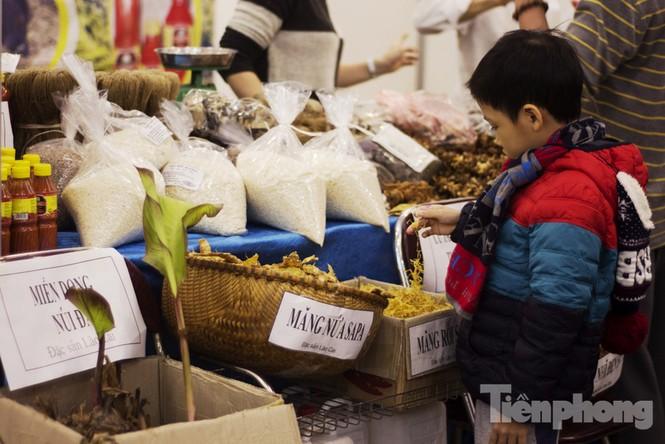 Người Hà Nội đội mưa rét đi chợ ở… bảo tàng - ảnh 6