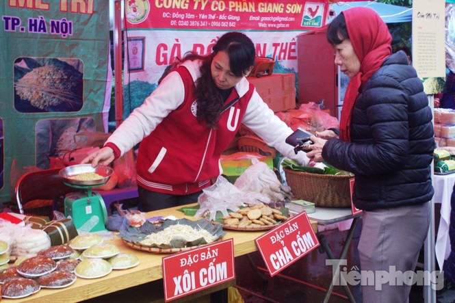Người Hà Nội đội mưa rét đi chợ ở… bảo tàng - ảnh 1