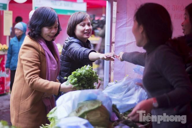 Người Hà Nội đội mưa rét đi chợ ở… bảo tàng - ảnh 3