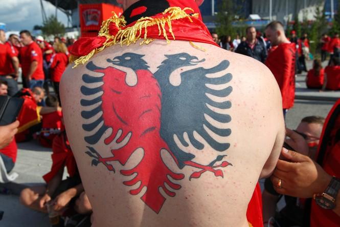 Chiêm ngưỡng những hình xăm ấn tượng trên khán đài Euro - ảnh 1