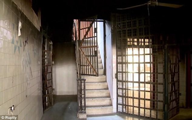 Lạnh gáy bước vào phòng xét xử chất đầy cũi sắt của IS - ảnh 5