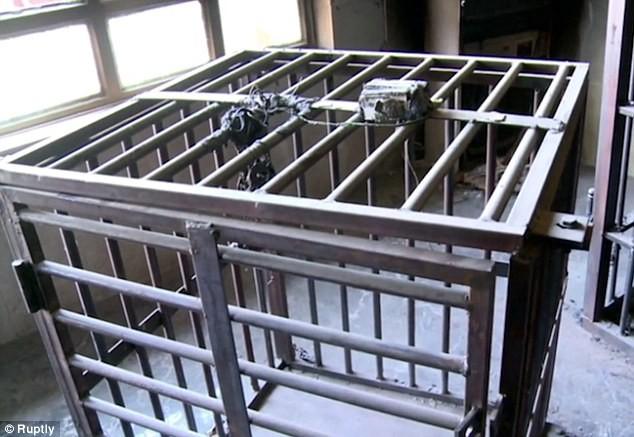 Lạnh gáy bước vào phòng xét xử chất đầy cũi sắt của IS - ảnh 7