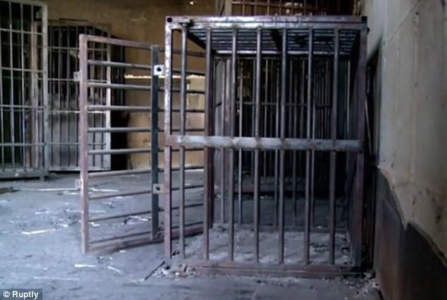 Lạnh gáy bước vào phòng xét xử chất đầy cũi sắt của IS - ảnh 6