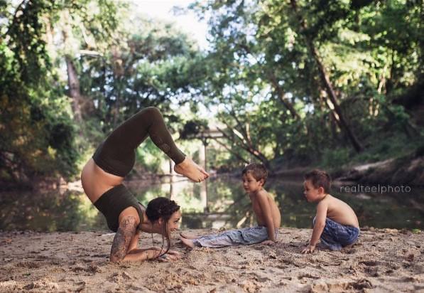 Tròn mắt với mẹ trẻ vừa tập yoga vừa cho con bú - ảnh 2