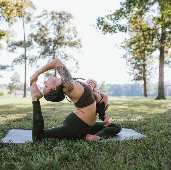 Tròn mắt với mẹ trẻ vừa tập yoga vừa cho con bú - ảnh 4