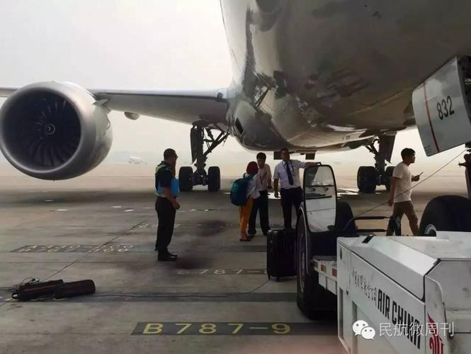 Máy bay trễ giờ vì hành khách đứng chặn giữa đường băng - ảnh 1
