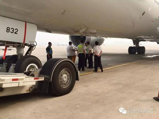 Máy bay trễ giờ vì hành khách đứng chặn giữa đường băng - ảnh 2