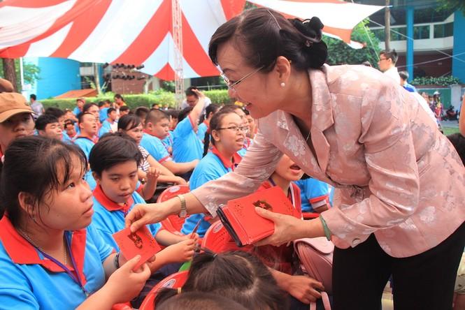 Lãnh đạo TPHCM tặng quà Tết đến 2.000 trẻ nghèo ngày cận Tết Đinh Dậu - ảnh 1
