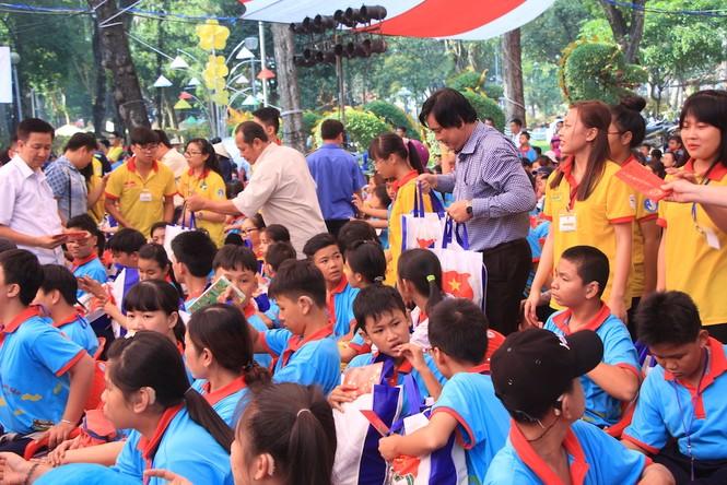 Lãnh đạo TPHCM tặng quà Tết đến 2.000 trẻ nghèo ngày cận Tết Đinh Dậu - ảnh 2