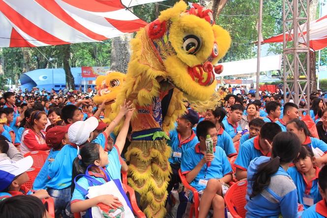 Lãnh đạo TPHCM tặng quà Tết đến 2.000 trẻ nghèo ngày cận Tết Đinh Dậu - ảnh 3