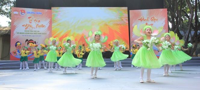 Lãnh đạo TPHCM tặng quà Tết đến 2.000 trẻ nghèo ngày cận Tết Đinh Dậu - ảnh 4