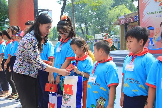 Lãnh đạo TPHCM tặng quà Tết đến 2.000 trẻ nghèo ngày cận Tết Đinh Dậu - ảnh 6