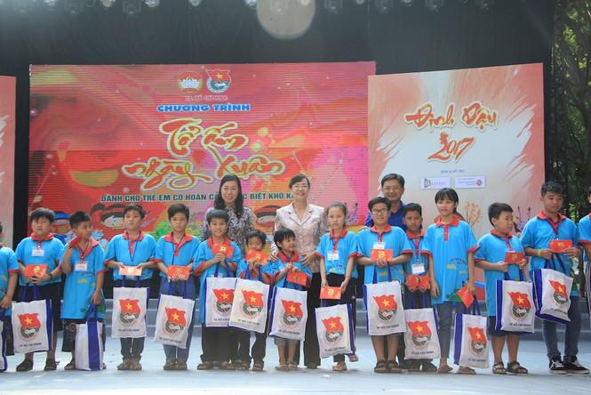 Lãnh đạo TPHCM tặng quà Tết đến 2.000 trẻ nghèo ngày cận Tết Đinh Dậu - ảnh 5
