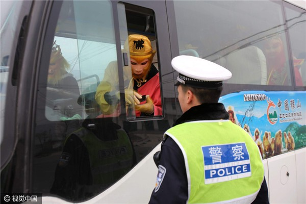 Chặn xe trên cao tốc, cảnh sát ngã ngửa vì tài xế là... Tôn Ngộ Không - ảnh 2