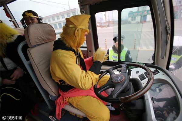 Chặn xe trên cao tốc, cảnh sát ngã ngửa vì tài xế là... Tôn Ngộ Không - ảnh 3