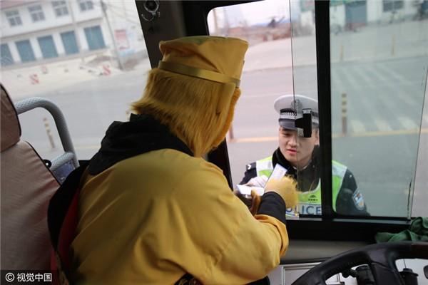 Chặn xe trên cao tốc, cảnh sát ngã ngửa vì tài xế là... Tôn Ngộ Không - ảnh 4