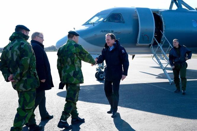 Thủ tướng Thụy Điển lái xe tăng để khẳng định chủ quyền - ảnh 1