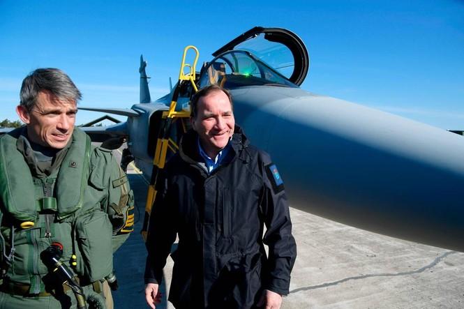 Thủ tướng Thụy Điển lái xe tăng để khẳng định chủ quyền - ảnh 2