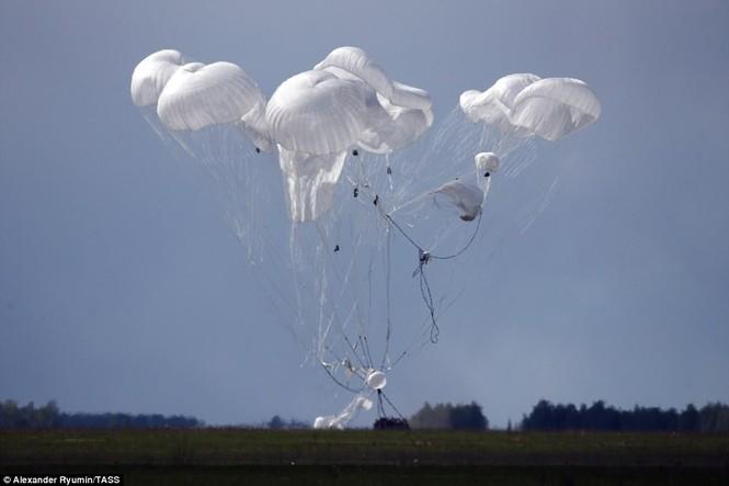 Tận thấy khoảnh khắc xe chiến đấu Nga nhảy dù từ độ cao 800m - ảnh 2