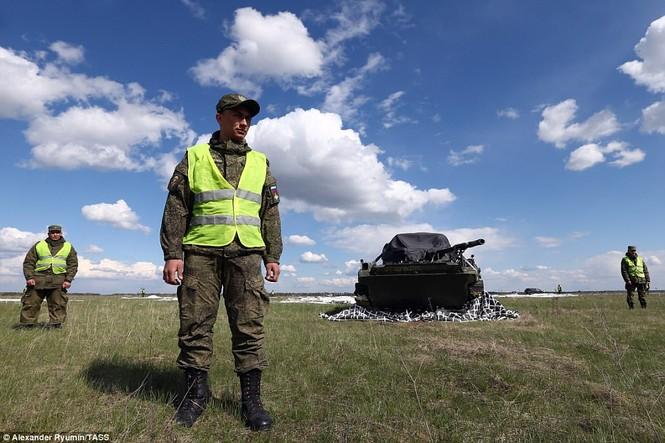 Tận thấy khoảnh khắc xe chiến đấu Nga nhảy dù từ độ cao 800m - ảnh 3