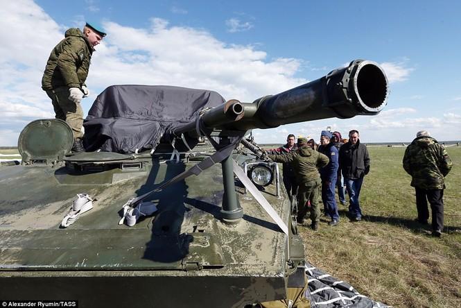 Tận thấy khoảnh khắc xe chiến đấu Nga nhảy dù từ độ cao 800m - ảnh 7