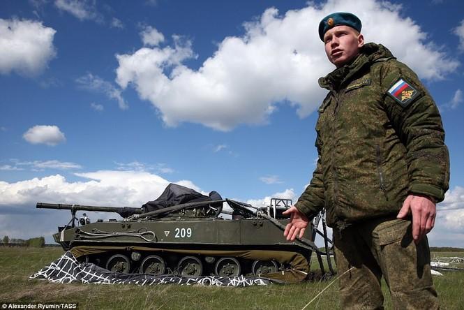 Tận thấy khoảnh khắc xe chiến đấu Nga nhảy dù từ độ cao 800m - ảnh 6