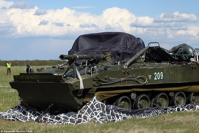 Tận thấy khoảnh khắc xe chiến đấu Nga nhảy dù từ độ cao 800m - ảnh 5