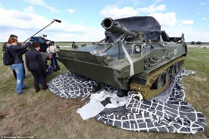 Tận thấy khoảnh khắc xe chiến đấu Nga nhảy dù từ độ cao 800m - ảnh 4