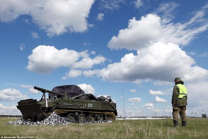 Tận thấy khoảnh khắc xe chiến đấu Nga nhảy dù từ độ cao 800m - ảnh 9
