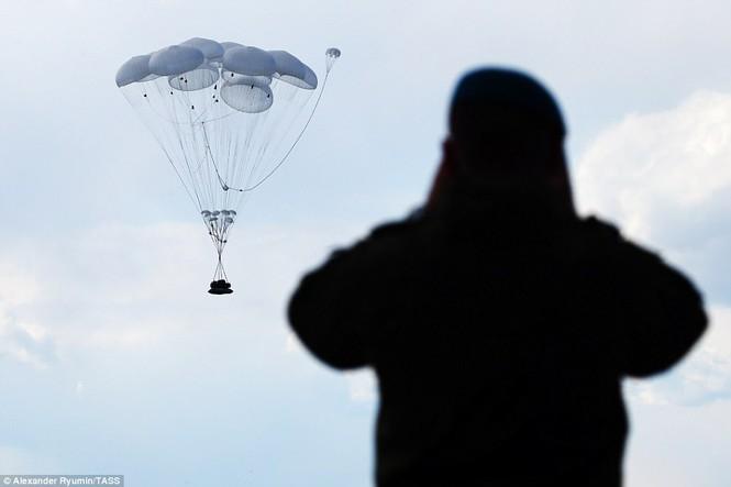 Tận thấy khoảnh khắc xe chiến đấu Nga nhảy dù từ độ cao 800m - ảnh 1