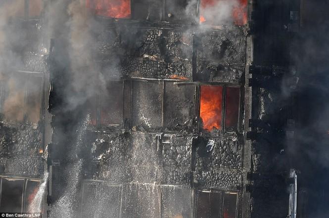 Những người thoát khỏi tòa nhà cháy rụi kể lại giây phút kinh hoàng - ảnh 10