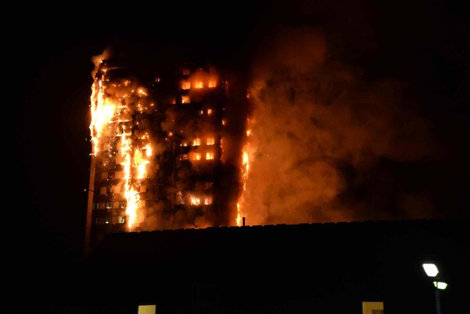 Những người thoát khỏi tòa nhà cháy rụi kể lại giây phút kinh hoàng - ảnh 1