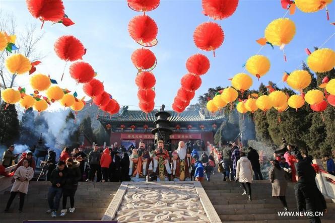 Người Trung Quốc chen chân nhận lì xì lấy may trong ngày Thần Tài - ảnh 6
