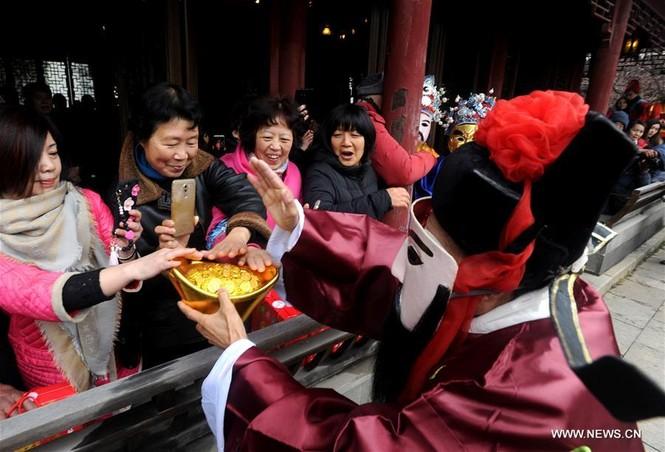 Người Trung Quốc chen chân nhận lì xì lấy may trong ngày Thần Tài - ảnh 10