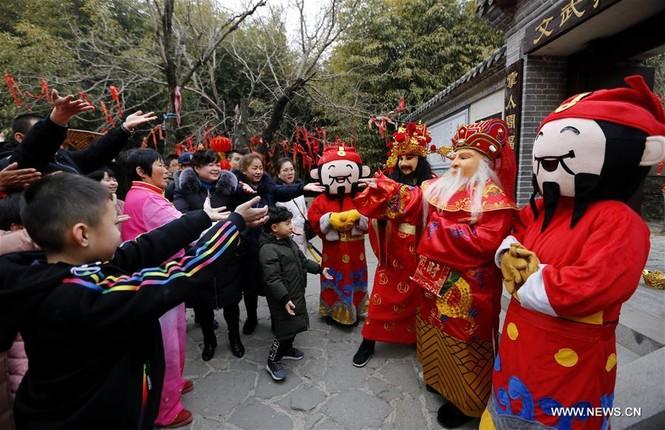 Người Trung Quốc chen chân nhận lì xì lấy may trong ngày Thần Tài - ảnh 7
